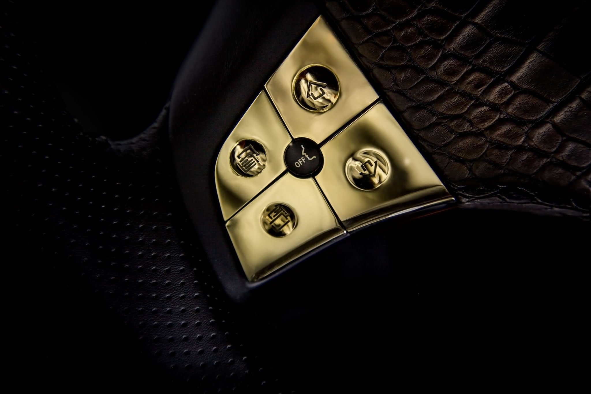 DARTZ_Prombron_Black_Alligatoir_Steering_wheel_buttons_14Kgold_1