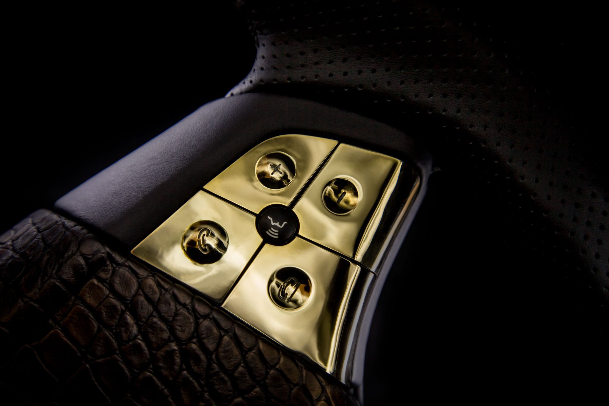 DARTZ_Prombron_Black_Alligatoir_Steering_wheel_buttons_14Kgold_2